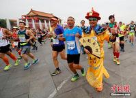2016北京马拉松开跑 选手奇装异服夺人眼球