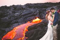 """美国新人拍火山熔岩婚纱照 演绎""""红色婚礼"""""""