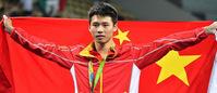 男子10米跳台陈艾森夺金 披国旗扬双臂