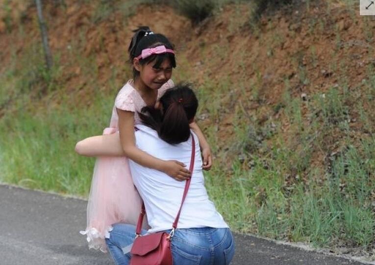 留守女童3年来首次见妈妈 追逐摩托不肯分别