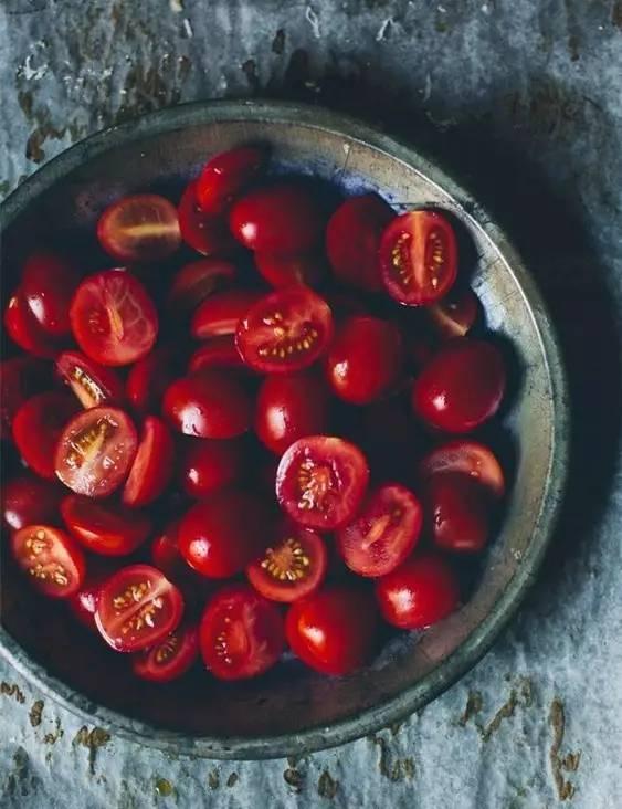 还买什么美白化妆品,夏天多吃点西红柿,保准白到发光!