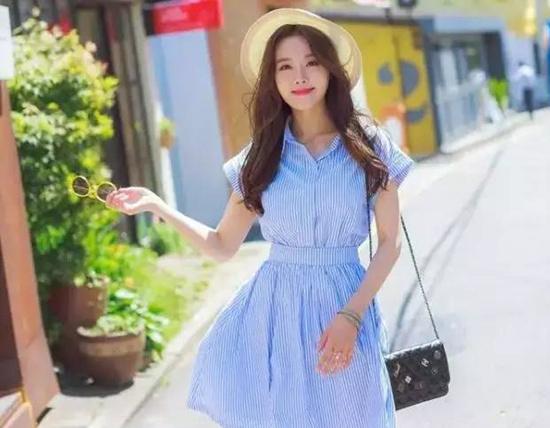 夏天有一条气质简洁风的裙子就够了!