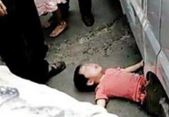 四川雅安8岁男孩被压车轮下 百名市民抬公交车救人