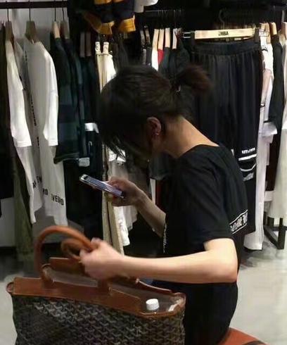 """郑爽逛街""""偶遇""""粉丝 黑T恤小马尾甜笑无架子"""