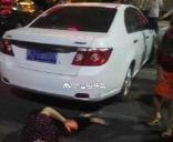 安福县武功山大道一男子倒车撞倒老人
