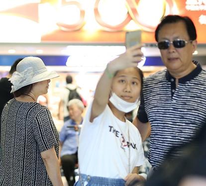 唐国强机场与虹桥一姐合影 妻子朴素避镜头