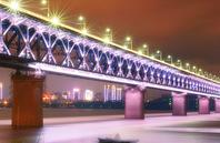 """航拍""""万里长江第一桥""""武汉长江大桥 灯光璀璨照亮江面"""