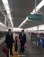 长沙一老爷爷下车抽烟错过高铁 7岁孙女却还在车上