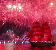 俄罗斯庆祝红帆节 烟花绽放夜空
