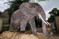 英国设计师用29649节废电池建大象雕塑 呼吁保护环境